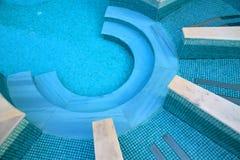 Κάθοδος στη λίμνη που γίνεται στη μορφή semicircle στοκ φωτογραφία με δικαίωμα ελεύθερης χρήσης