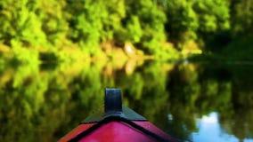 Κάθοδος στον ποταμό στα καγιάκ φιλμ μικρού μήκους
