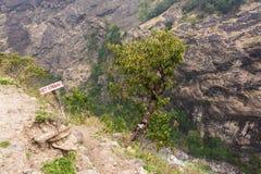 Κάθοδος στο καυτό ελατήριο στα Ιμαλάια στοκ φωτογραφίες με δικαίωμα ελεύθερης χρήσης