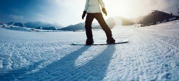Κάθοδος Snowboarder στο χειμώνα στοκ εικόνες