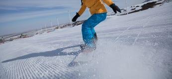 Κάθοδος Snowboarder στο χειμώνα στοκ φωτογραφία