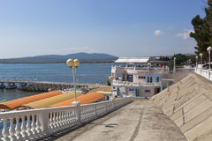 Κάθοδος στην παραλία Καύκασος και το λιμάνι καφέδων στον περίπατο του θερέτρου Gelendzhik στοκ εικόνα