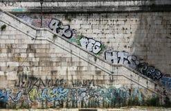 Κάθοδος στο Tiber, που χρωματίζεται με τα γκράφιτι Ρώμη στοκ φωτογραφία