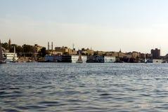 Κάιρο, Αίγυπτος στις 18 Φεβρουαρίου 2017: Δύο αραβικοί ψαράδες σε μια μικρή βάρκα χαρακτηριστική του ποταμού του Νείλου, ένας που Στοκ Φωτογραφίες