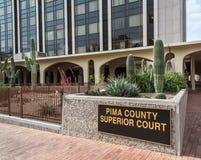 Κάκτοι μπροστά από το κτήριο Ανώτατου Δικαστηρίου κομητειών Pima στο Tucson Στοκ Φωτογραφία