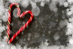 Κάλαμος καραμελών σε ένα μαύρο μαρμάρινο υπόβαθρο αφηρημένο ανασκόπησης Χριστουγέννων σκοτεινό διακοσμήσεων σχεδίου λευκό αστεριώ στοκ φωτογραφία με δικαίωμα ελεύθερης χρήσης