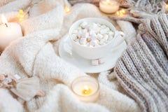 Κάλυμμα, φλιτζάνι του καφέ, marshmallows, φω'τα Χριστουγέννων, εκλεκτής ποιότητας παιχνίδι, κεριά Στοκ Εικόνα