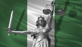 Κάλυψη για το νόμο Άγαλμα του Θεού της δικαιοσύνης Themis με τη σημαία του υποβάθρου της Νιγηρίας Αρχικό άγαλμα της δικαιοσύνης F Στοκ φωτογραφία με δικαίωμα ελεύθερης χρήσης