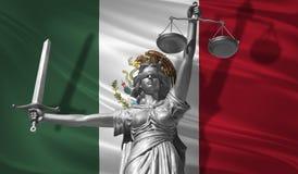 Κάλυψη για το νόμο Άγαλμα του Θεού της δικαιοσύνης Themis με τη σημαία του υποβάθρου του Μεξικού Αρχικό άγαλμα της δικαιοσύνης Fe Στοκ Φωτογραφίες