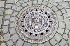 Κάλυψη καταπακτών με το έμβλημα της πόλης Cesky Krumlov στοκ φωτογραφία με δικαίωμα ελεύθερης χρήσης