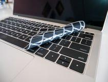 Κάλυψη προστάτη πληκτρολογίων για την έννοια lap-top και σημειωματάριων στοκ εικόνες