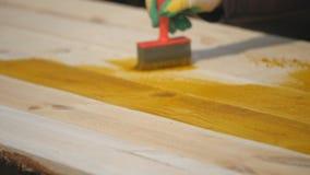 Κάλυψη των ξύλινων σανίδων με το αντισηπτικό φιλμ μικρού μήκους
