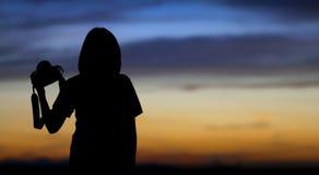 Κάμερα λαβής κοριτσιών Στοκ φωτογραφία με δικαίωμα ελεύθερης χρήσης