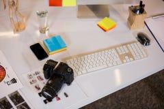 Κάμερα από το πληκτρολόγιο στο γραφείο Στοκ φωτογραφία με δικαίωμα ελεύθερης χρήσης