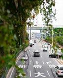Κάμερα ασφαλείας σε έναν πολυάσχολο δρόμο πόλεων στοκ εικόνα