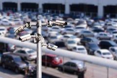 Κάμερα ασφαλείας που ελέγχουν τον υπαίθριο υπαίθριο σταθμό αυτοκινήτων Στοκ Φωτογραφίες