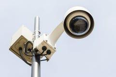 Κάμερα ασφαλείας σε έναν πόλο καθορισμένο τις παρατηρήσεις. Στοκ Εικόνες