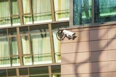 Κάμερα ασφαλείας σε έναν τοίχο οικοδόμησης. Στοκ εικόνες με δικαίωμα ελεύθερης χρήσης