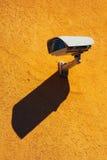Κάμερα ασφαλείας στον κίτρινο τοίχο Στοκ εικόνες με δικαίωμα ελεύθερης χρήσης
