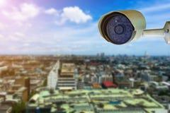 Κάμερα ασφαλείας CCTV με το θολωμένο υπόβαθρο εικονικής παράστασης πόλης Στοκ Φωτογραφία