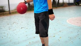 Κάμερα γύρω από τη μετακίνηση: καλαθοσφαίριση άσκησης νεαρών άνδρων έξω Σε αργή κίνηση πυροβολισμός απόθεμα βίντεο