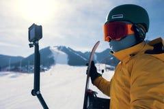 Κάμερα δράσης χρήσης Snowboarder που παίρνει selfie Στοκ Φωτογραφίες