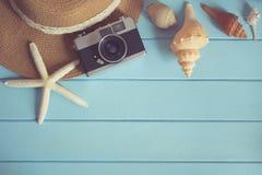 Κάμερα και κοχύλια στο ξύλινο πάτωμα του μπλε Στοκ εικόνες με δικαίωμα ελεύθερης χρήσης