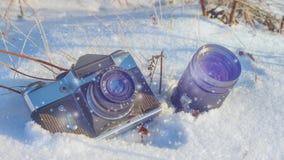Κάμερα και φακός στο χιόνι στο δάσος απόθεμα βίντεο
