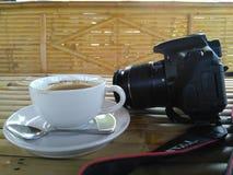 Κάμερα και φλυτζάνι στοκ φωτογραφία με δικαίωμα ελεύθερης χρήσης