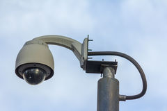 Κάμερα κυκλοφορίας στη γωνία κυκλοφορίας Στοκ Φωτογραφία