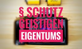 Κάμερα με στο γερμανικό geistigen Eigentums Schutz στην προστασία englisch της πνευματικής ιδιοκτησίας στοκ φωτογραφίες
