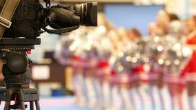 Κάμερα μπροστά από τις χορεύοντας μαζορέτες στο karate tornament απόθεμα βίντεο