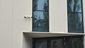 Κάμερα παρακολούθησης επάνω από την πόρτα εισόδων οικοδόμησης απόθεμα βίντεο