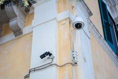 Κάμερα παρακολούθησης σε έναν τοίχο ενός κτηρίου Στοκ Εικόνες