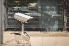 Κάμερα παρακολούθησης στην είσοδο ενός υπαίθριου σταθμού αυτοκινήτων στοκ φωτογραφία με δικαίωμα ελεύθερης χρήσης