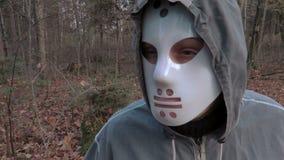 Κάμερα που εστιάζει στο μεγάλο μαχαίρι έπειτα στο άτομο στη τρομακτική μάσκα αποκριών απόθεμα βίντεο