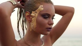 Κάμερα που κινείται από την πρότυπη κοιλιά ` s και που ανεβαίνει παρουσιάζοντας όμορφο πρόσωπό της με το επαγγελματικό makeup σαγ φιλμ μικρού μήκους