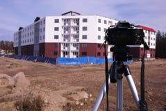 Κάμερα που τοποθετείται σε ένα τρίποδο Ψηφιακή κάμερα για τη λήψη των φωτογραφιών r στοκ εικόνες
