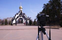 Κάμερα που τοποθετείται σε ένα τρίποδο Ψηφιακή κάμερα για τη λήψη των φωτογραφιών r στοκ φωτογραφία με δικαίωμα ελεύθερης χρήσης