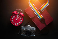 Κάμερα, ρολόι, βιβλίο, στον ξύλινο πίνακα Στοκ Εικόνα