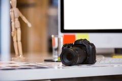Κάμερα στις φωτογραφίες στο γραφείο υπολογιστών Στοκ φωτογραφίες με δικαίωμα ελεύθερης χρήσης