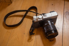 Κάμερα στο ξύλινο πάτωμα στοκ φωτογραφία με δικαίωμα ελεύθερης χρήσης