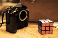 Κάμερα ταινιών SLR με έναν κύβο rubik ` s στοκ εικόνες με δικαίωμα ελεύθερης χρήσης