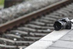 Κάμερα φωτογραφιών κοντά σε έναν σιδηρόδρομο στοκ εικόνα