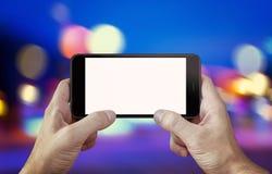 Κάμερα χρήσης ή παιχνίδι παιχνιδιού στο κινητό τηλέφωνο με το απομονωμένο πρότυπο επίδειξης Στοκ φωτογραφίες με δικαίωμα ελεύθερης χρήσης