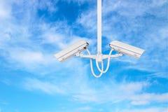 Κάμερα CCTV με το μπλε ουρανό Στοκ φωτογραφία με δικαίωμα ελεύθερης χρήσης