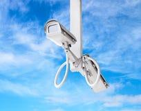 Κάμερα CCTV με το μπλε ουρανό Στοκ εικόνα με δικαίωμα ελεύθερης χρήσης