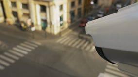 Κάμερα CCTV που κατασκοπεύει στους ανθρώπους και τα αυτοκίνητα απόθεμα βίντεο