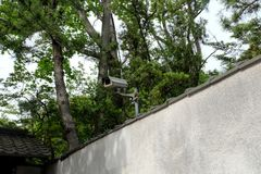 Κάμερα CCTV στον γκρίζο συμπαγή τοίχο Κάμερα ασφαλείας CCTV για το σπίτι Στοκ Εικόνες