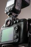 Κάμερα DSLR με την εξωτερική λάμψη Στοκ εικόνα με δικαίωμα ελεύθερης χρήσης